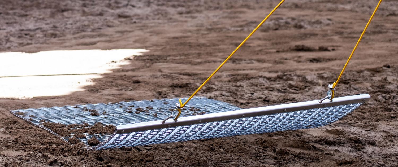 Reitplatzpflege mit Gliederschleppnetz von Wirbelt